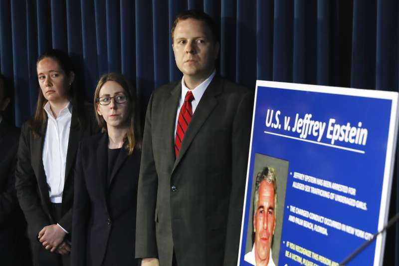 美國億萬富翁艾普斯坦被控性剝削未成年少女,聯邦調查局前局長柯密的女兒莫琳(左)是負責偵辦此案的檢察官之一。(AP)