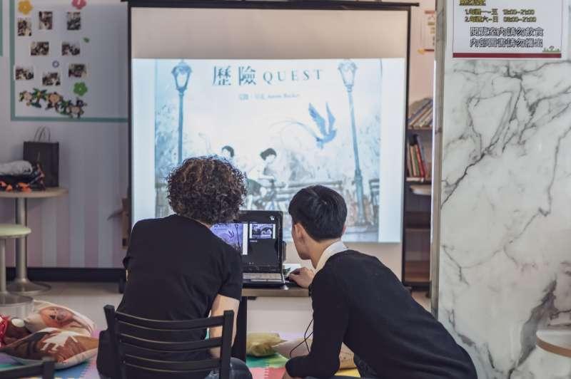 店長與翔媽討論說故事活動的內容流程。(圖/7-ELEVEN森壢門市提供)