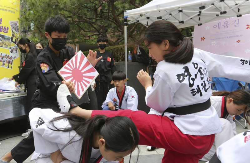 日韓貿易戰如火如荼,南韓小學跆拳道表演時踢的是日本旭日旗。(美聯社)