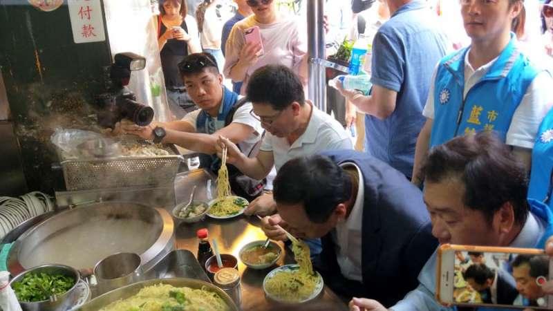 郭台銘到廟口品嚐美味的大麵炒及花枝(火庚)。(圖/記者張毅攝)