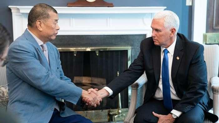 香港壹傳媒創辦人黎智英(左)赴美拜會副總統彭斯(右)。(美國白宮)