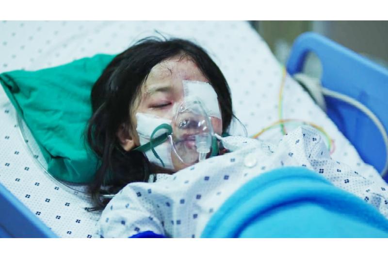 電影《素媛》小女孩身受重傷。(圖/愛奇藝)