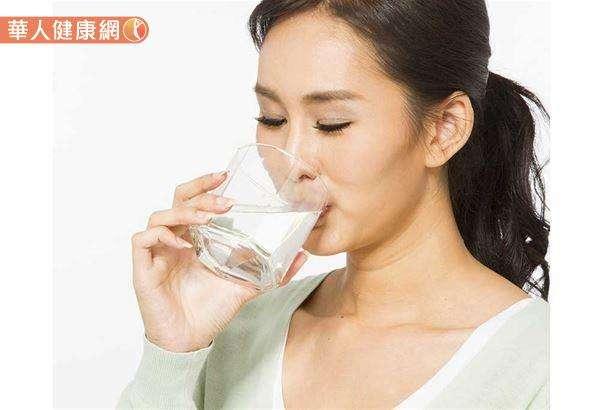 預防結石平時應多喝水,可觀察尿液顏色,水量足夠時應為淡黃色,倘顏色變深,就應當增加水分補充量。(圖/華人健康網提供)
