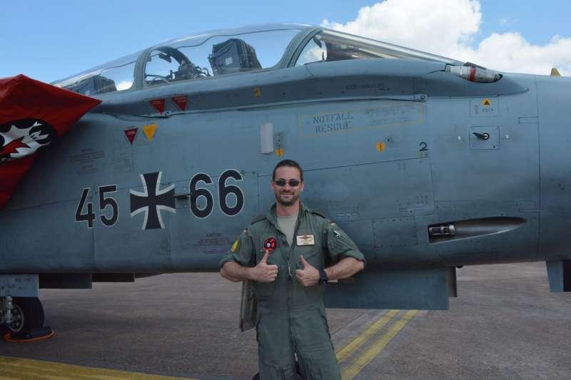 梅塞施密特公司曾向大陸飛豹戰鬥轟炸機的設計師陳一堅提供龍捲風的相關技術,圖為德國空軍第51「英麥曼」(Immelmann)聯隊的龍捲風IDS攻擊機。(作者許劍虹提供)