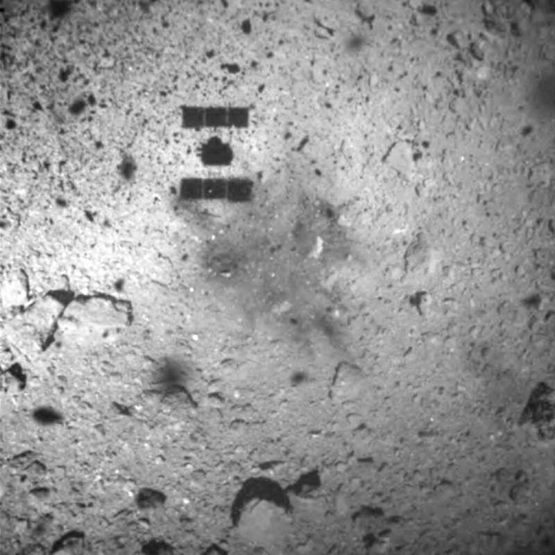 「隼鳥2號」所拍攝的小行星「龍宮」照片。(美聯社)