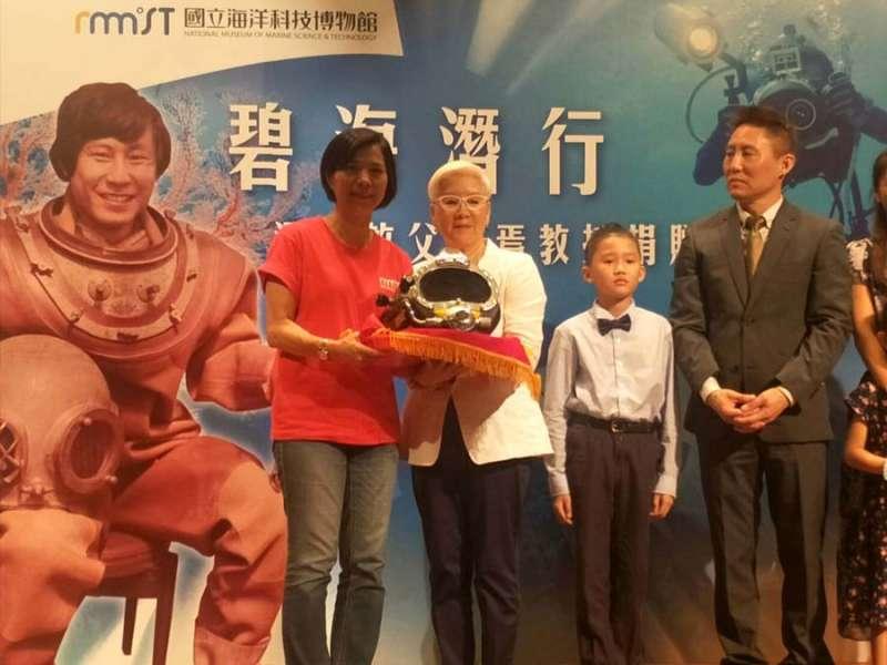 台灣潛水教父蘇焉教授遺孀張雪琦(左二)捐贈丈夫生前的潛水設備給海科館蒐藏展示。(圖/記者張毅攝)