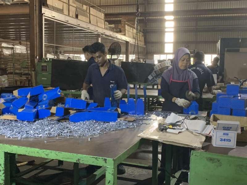20190712-台商新南向,晉緯馬來西亞廠內孟加拉工人正進行螺絲包裝,準備出貨。(尹俞歡攝)