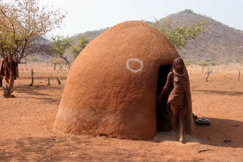 因為辛巴族人會用紅色顏料敷滿身體的關係,他們也被稱做「紅泥人」。