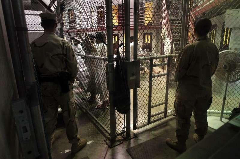 關塔那摩灣的美軍守衛在鐵閘外看守囚室,圖片攝於 2010 年。(圖/*CUP提供)