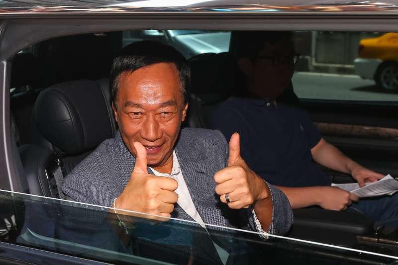 20190712-國民黨總統初選參選人郭台銘12日於媒體聯訪上車後,比讚回應支持者。(顏麟宇攝)