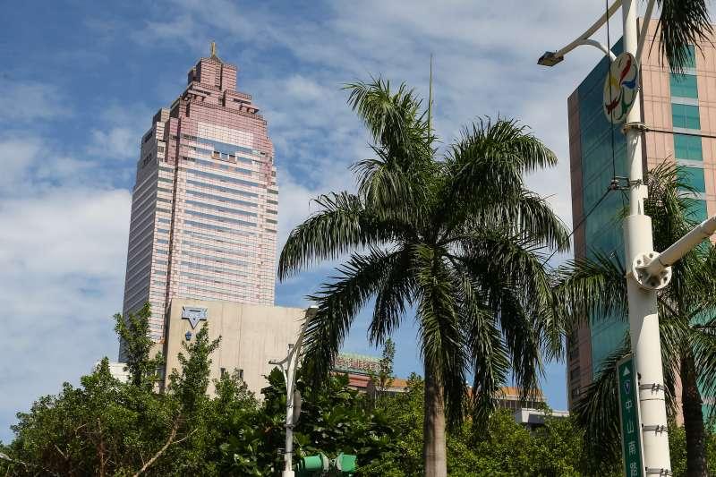 20190712-天氣晴朗,藍天白雲,新光三越摩天大樓。(顏麟宇攝)