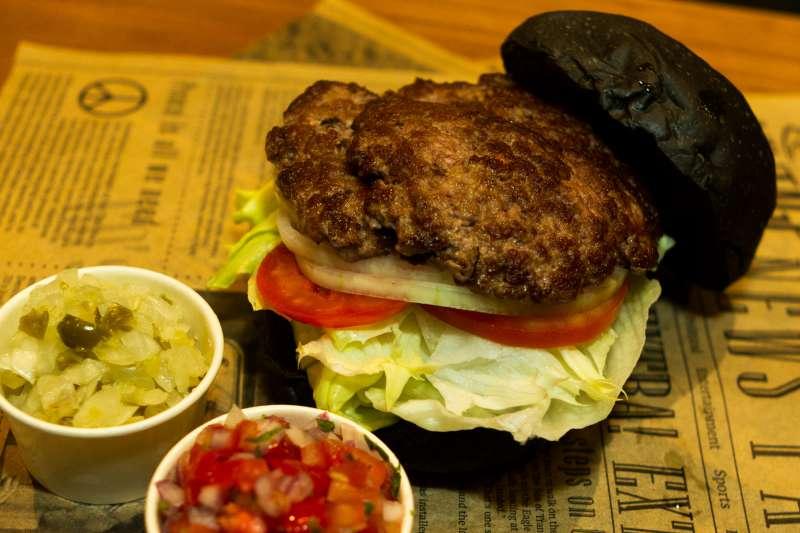 Burger Ray 乾式熟成牛肉漢堡。(圖/葉滕騏攝)