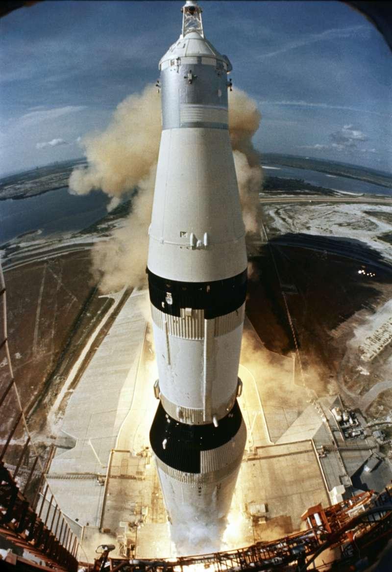 1969年7月16日,阿波羅11號登月任務,農神五號火箭發射升空(AP)