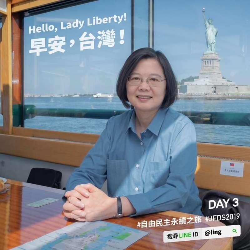 20190714-前往友邦訪問的總統蔡英文,台灣時間14日結束過境美國紐約的行程,她與美國在台協會(AIT)主席莫健登船同遊哈德遜河,並透過臉書和LINE分享與自由女神合照。(取自蔡英文臉書)