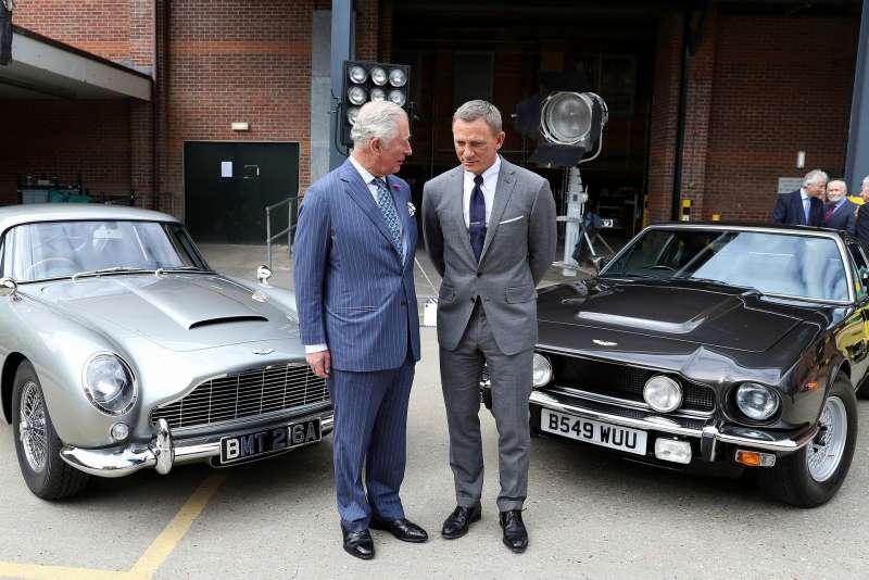 現任龐德丹尼爾克雷格(Daniel Craig)與英國查爾斯王子。(AP)