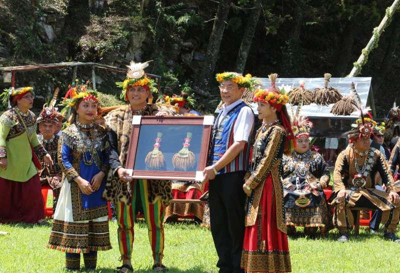高雄市副市長洪東煒(右二)出席活動與族人同樂,並收下象徵部落定情物的黑米。(圖/徐炳文攝)