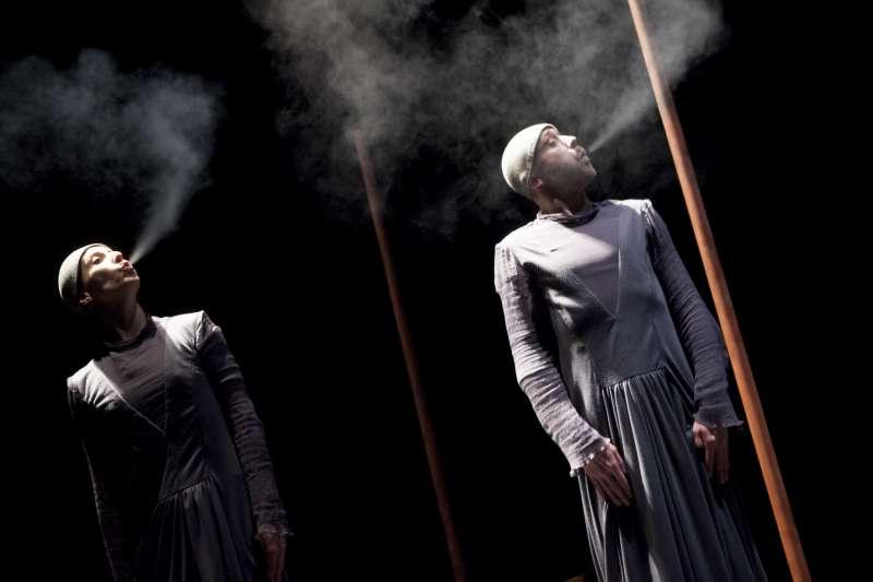 《白色幻影》由兩位舞者擔綱整場演出,用舞蹈的身體展開故事,創造充滿猜想的氛圍。(圖/臺北表演藝術中心提供)