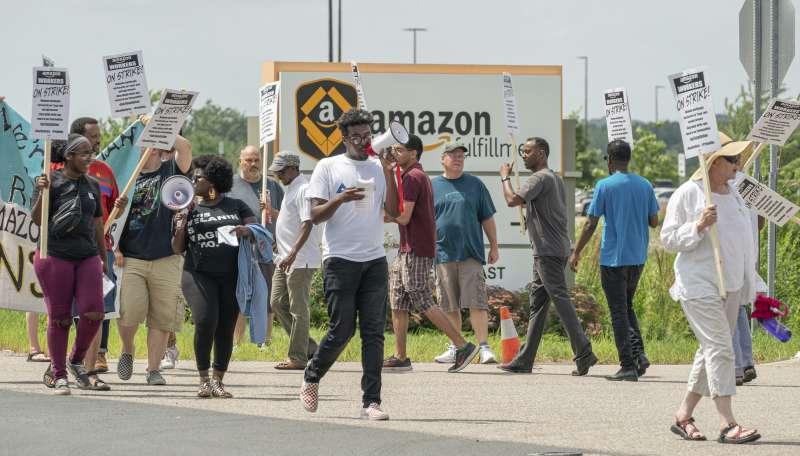 亞馬遜「會員日」促銷,全美各地員工發起罷工抗議,要求改善勞動條件,並停止支持反移民政策。(AP)