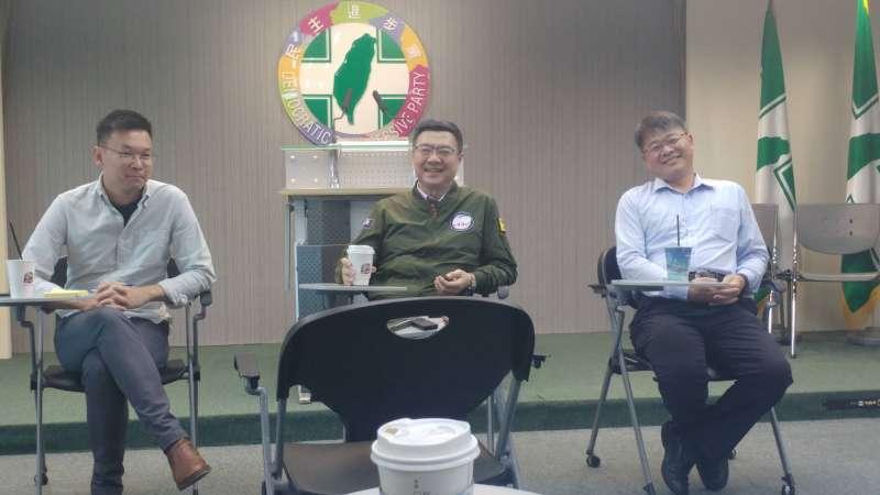 20190716-民進黨主席卓榮泰(中)16日率同黨副秘書長林飛帆(左)、郭昆文(右)等人與媒體茶敘。(顏振凱攝)