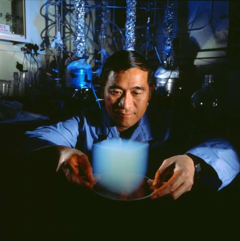 NASA科學家鄒哲與氣凝膠。(維基百科公有領域)