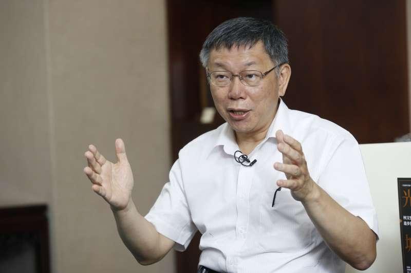 比手勢回答,較優 20190716_台北市長柯文哲16日接受風傳媒和新新聞專訪。(郭晉瑋攝)