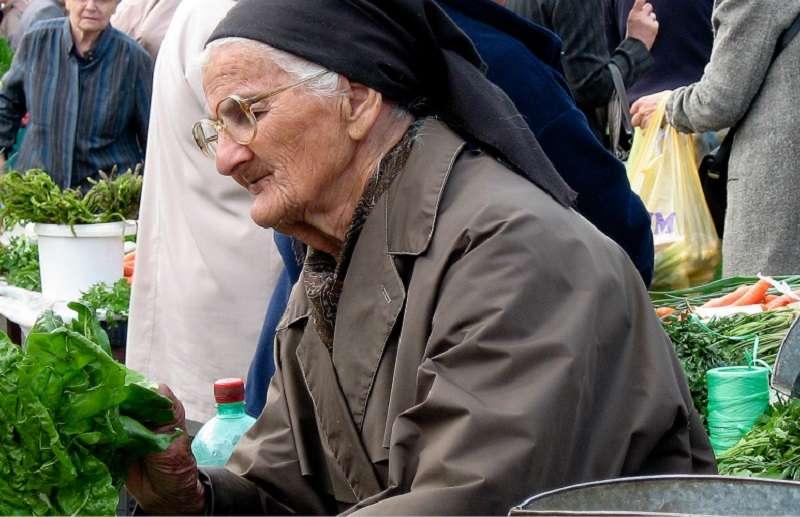 在克羅地亞城市札格雷布的一個熙熙攘攘的露天市場裡,一位老婦人正在選購蔬菜。 圖片:世界銀行/Celine Ferre