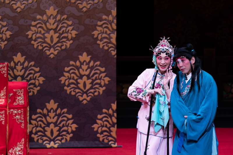 20190717-《大劈棺》中朱勝麗飾演田氏(左)、謝冠生飾演春雲(右)。(國光劇團提供)