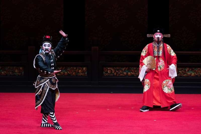 20190717-丑角陳元鴻飾演王龍(右)、國光丑角周慎行飾演馬伕(左)。(國光劇團提供)