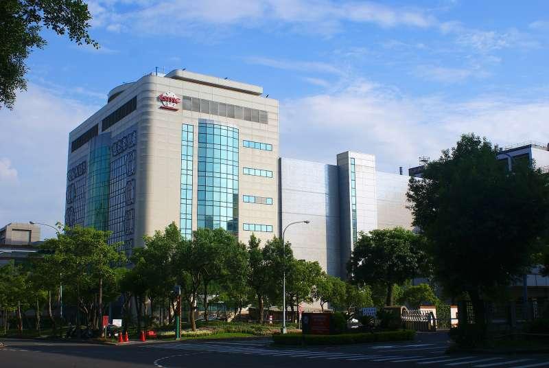 2010年9月5日_台積電位於新竹科學園區的晶圓五廠。外觀。(取自維基百科,Peellden攝/CC BY-SA 3.0)