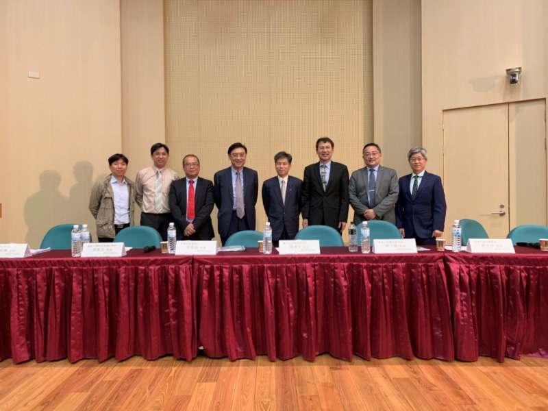 2019年6月14日,由台大政治系公事所與理律法律事務所主辦「非核家園與能源轉型之政策評析與法制研討」研討會之大合照。(資料照,作者提供)