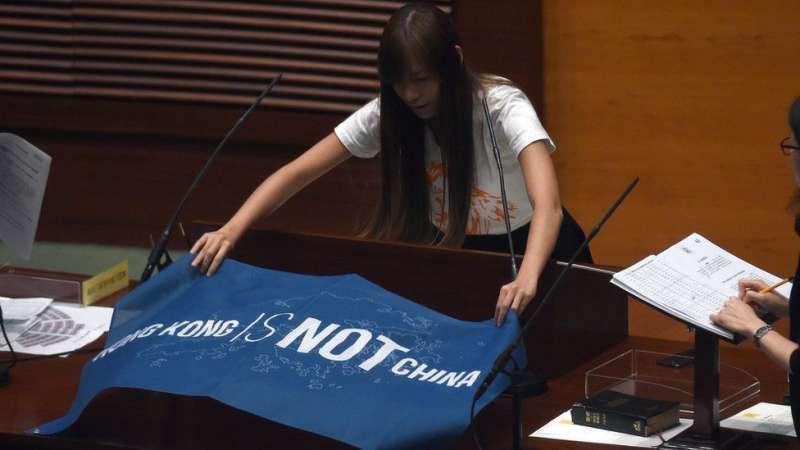 游蕙禎在立法會的一張「香港不是中國」的橫額,登上多家國際媒體的版面。