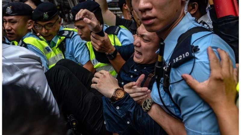 陳家駒聲援在外國記者會演講的陳浩天,被警方帶走。