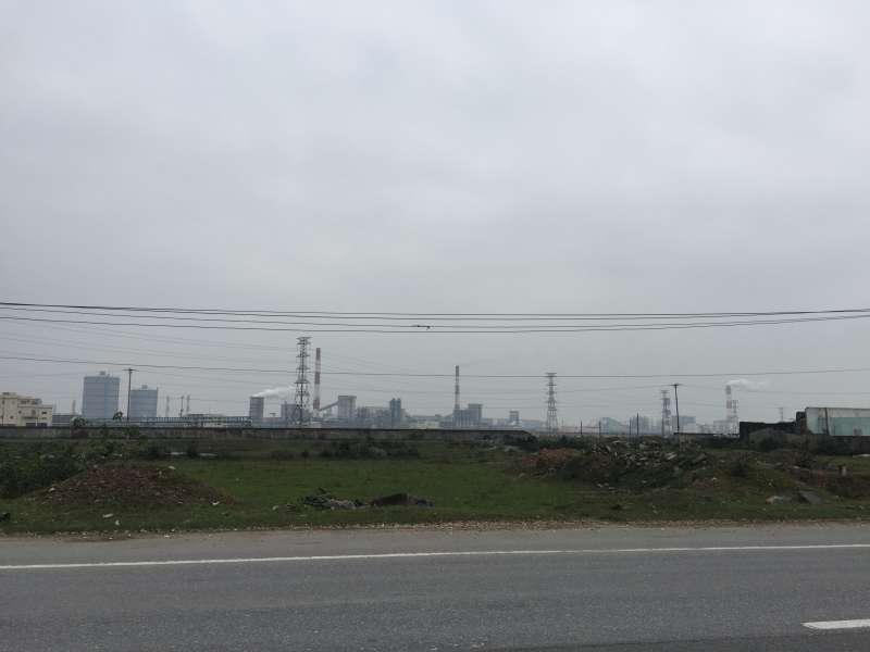20190717-羿雯專題-台塑越南河靜煉鋼廠(越鋼)污染案,遠眺越鋼正在排煙。(彭保羅提供)