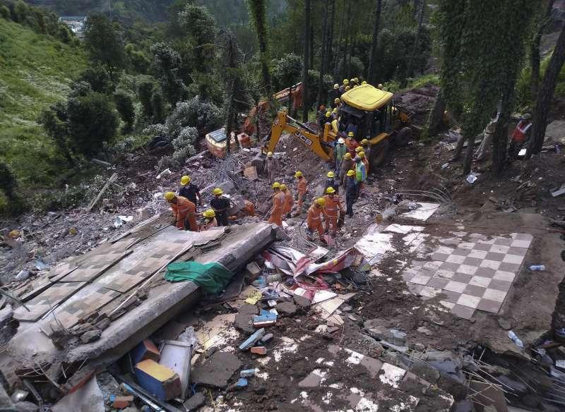 14日印度新德里東北方小鎮索蘭(Solan)發生建築倒塌事件,搜救人員正尋找生還者。(美聯社)
