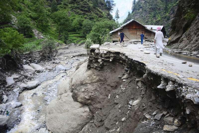 巴基斯坦控制喀什米爾地區,洪水沖毀道路。(美聯社)