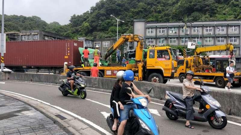警方出動兩輛拖吊車,才將受困司機救出送醫。(圖/記者張毅攝)