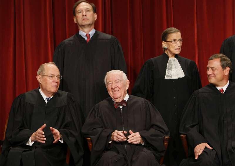 2019年7月16日,美國最高法院退休大法官史蒂文斯(前排中)過世,享耆壽99歲。(AP)