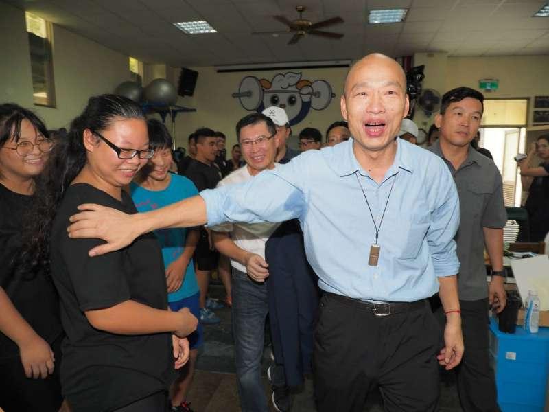 20190718_高雄市長韓國瑜(右)18日下午到高雄鼓山高中慰問舉重選手。(林瑞慶攝)