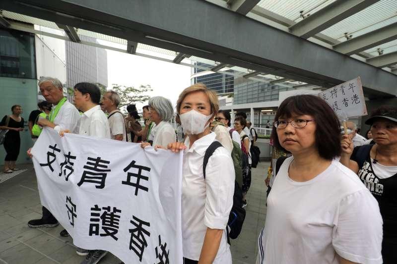 2019年7月17日,香港民眾舉行「銀髮族白衣靜默遊行」,金馬影后葉德嫻也上街參與。(美聯社)