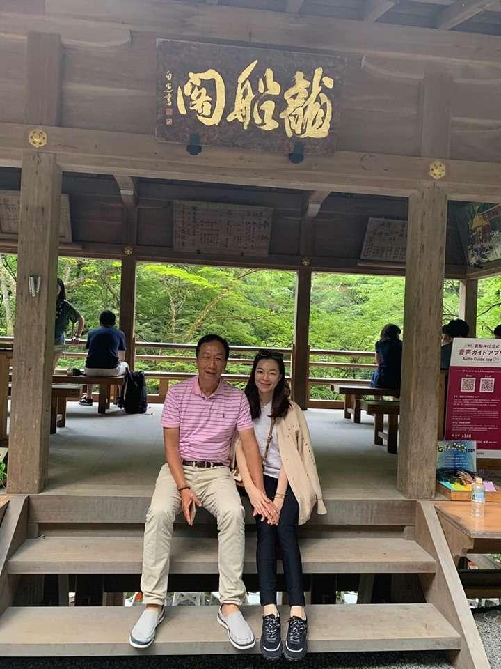 20190718_前鴻海董事長郭台銘(左)和太太曾馨瑩(右)赴日本旅遊。(取自郭台銘臉書)