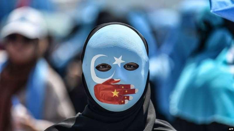 示威者抗議北京的新疆政策。(美國之音)