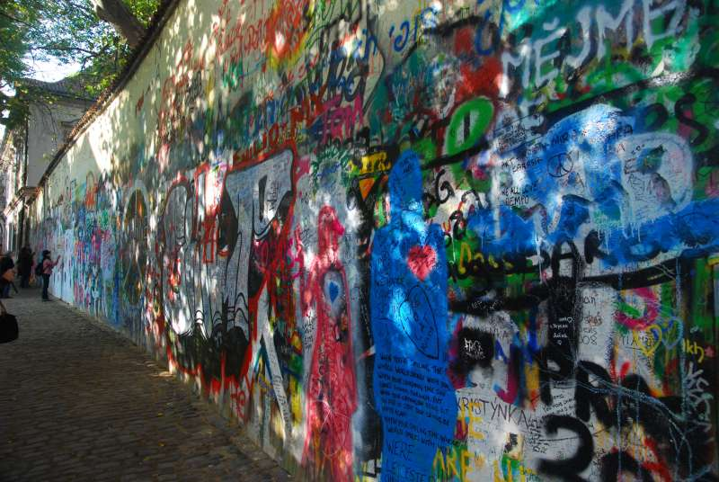 藍儂牆(Lennon Wall),為約翰.藍儂(John Lennon)被刺身亡後出現在布拉格的追悼牆。(取自維基百科)
