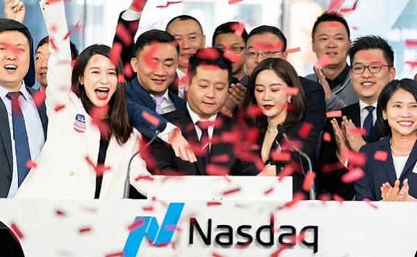 張大奕(左二)參股的如涵控股成功在納斯達克掛牌上市,為她的網紅傳奇更添新頁(圖片來源:百度)