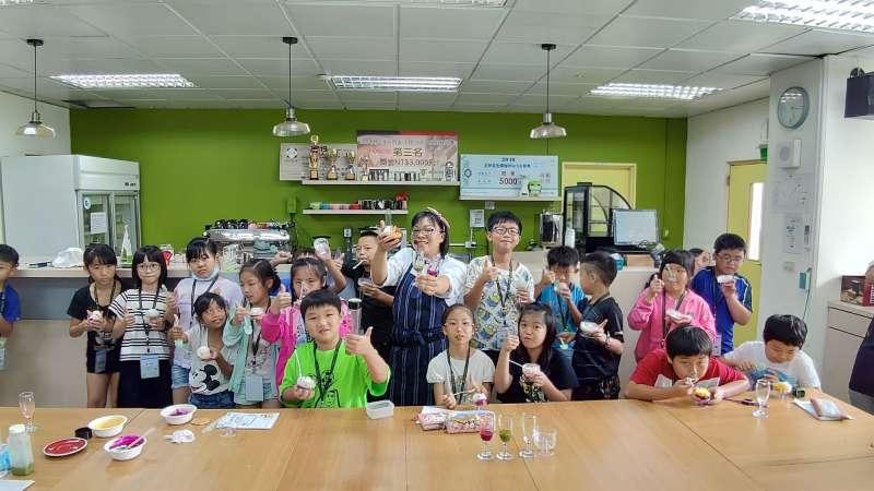 珠圓玉潤課程後,同學們展示分子料理作品。(圖/徐炳文攝)