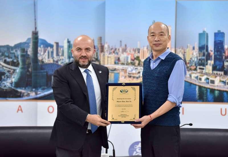 世界不動產聯盟會長穆薩(左)率團拜會高雄市政府,市長韓國瑜熱情接待。(圖/徐炳文攝)