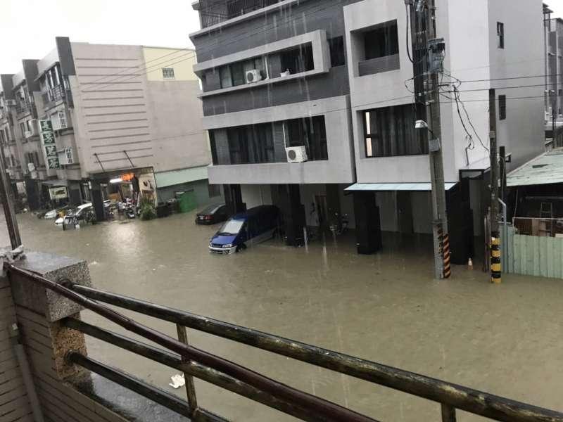 20190719-高雄市19日午後遭大雨襲擊,多處傳出淹水災情。(讀者提供)