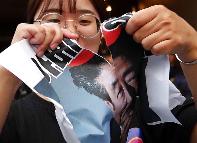 日本政府對南韓發動貿易戰,南韓民眾把氣全出在安倍身上。(美聯社)