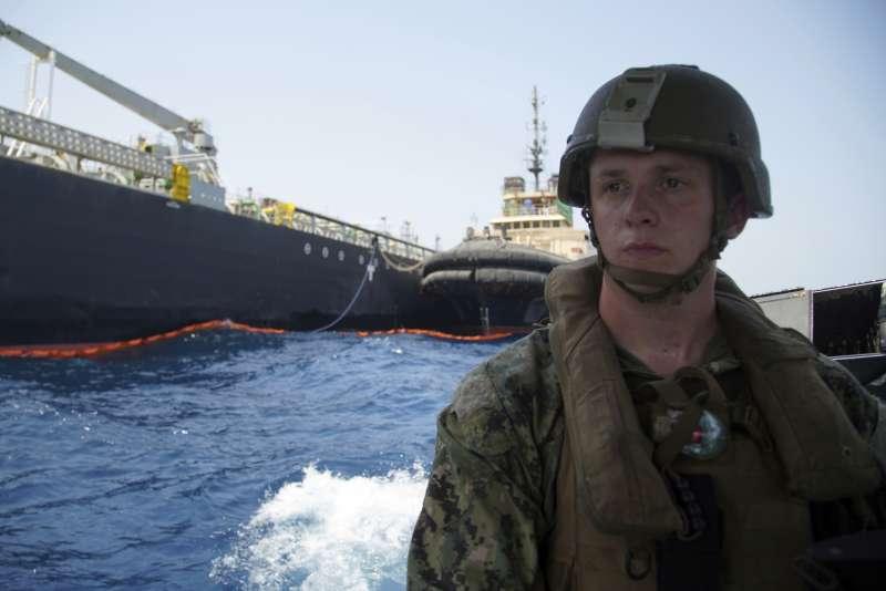 波斯灣的美伊衝突愈趨白熱化,全球無不關心扼守石油命脈的荷莫茲海峽安全問題。(AP)