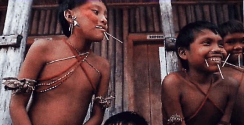 男孩們要在鼻子上穿一個小洞,這象徵著去除過去母親帶給他們的影響。(圖片擷取自Youtube)