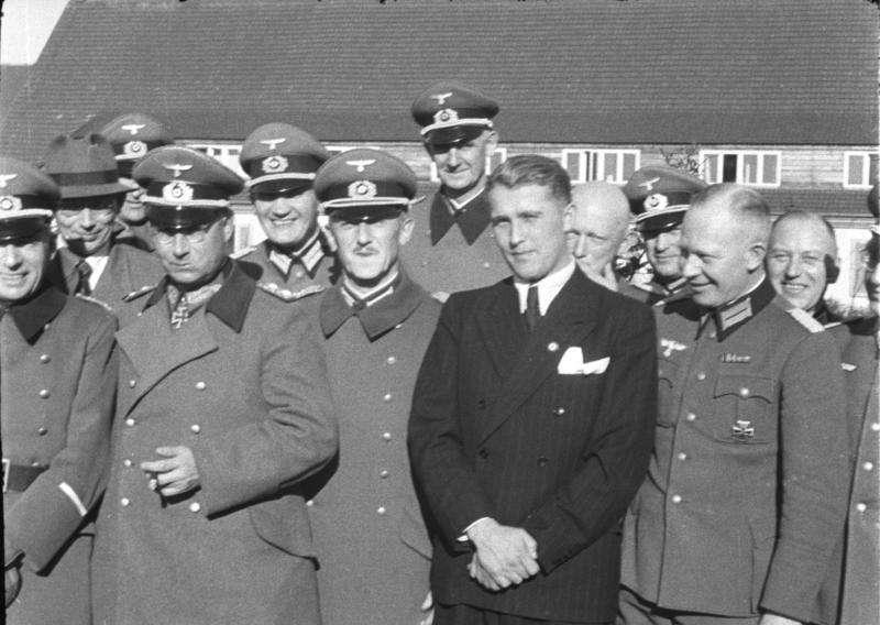1941年,馮布朗與多位納粹將領攝於佩內明德(Ras67@Wikipedia/CC BY-SA 3.0 de)